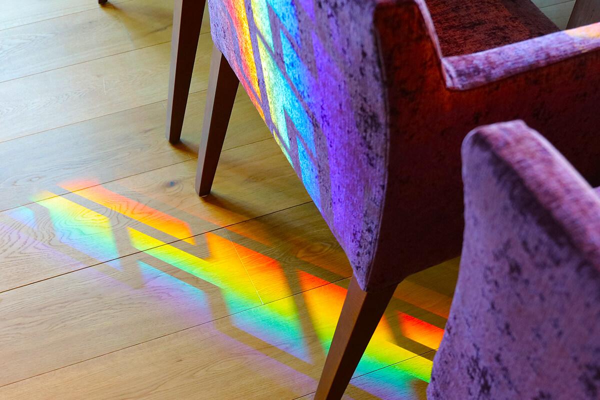 虹色に輝く店内